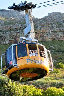 Die Seilbahn am Tafelberg in Kapstadt zählt zu den beliebtesten Sehenswürdigkeiten der Stadt. Ein Besuch Kapstadts ist eigentlich nicht komplett, wenn man nicht das Glück hatte, das 1087m hohe Wahrzeichen wolkenfrei zu erleben und mit der atemberaubenden Gondelvon der unteren Talstation auf das Hochplateau aufzufahren. Es finden 67 Personen in dieser Gondel Platz, in der sich während der 6 minütigen Fahrt der Boden dreht!