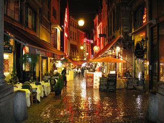 """In der Rue des Bouchers, die als """"Fressgasse"""" übersetzt wird, befinden sich zahlreiche Restaurants, Bistros und Cafés."""