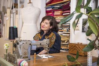 Pflanzen, Stoffe und alte Nähmaschinen: Christina Schatzeder hat sich in der Belvederegasse 35 ihr eigenes Reich geschaffen.
