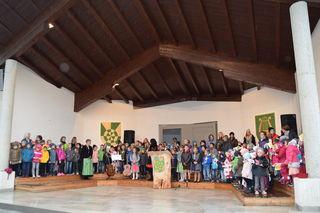 Die Kinder der Volksschule Pfunds freuen sich gemeinsam mit ihren Lehrern über ihre neue Schule.