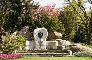 Rudolf Steiner (im Bild eine Büste im Schweizer Garten in Wien) ist Begründer der Waldorfpädagogik und der Anthroposophie. Für Diskussionsstoff sorgen bis heute seine Äußerungen zur Rassenfrage und zum Judentum.