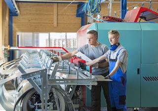 Metallverarbeitung, zwei Facharbeiter