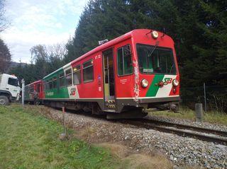 Am Triebwagen der Murtalbahn sind Schäden zu erkennen.