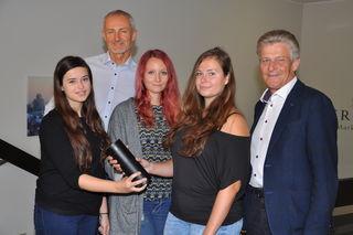 Die Studentinnen Roxana Neuböck, Nora Haider, Iris Pöchtrager (v.li.), Reinhard Haider & Bürgermeister Obernberger.