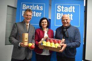 Wendelin Juen und Regina Norz überbrachten Bezirksblätter-Chefredakteur Sieghard Krabichler einenVitamingruß zum Tag des Apfels