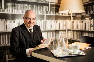 Das Foto zeigt Rezitator Gregor Oezelt im Wiener Café Korb