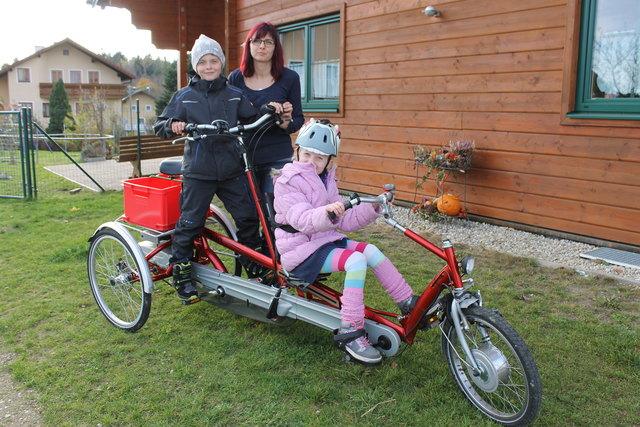 Hannah ist für das alte Tandem-Fahrrad schon etwas zu groß. Ein neues würde in der Anschaffung 12.000 Euro kosten.