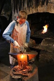 """Thomas Kitschke (14) besucht den Kurs """"Schmieden eines Kunstwerks"""" an der Talentschmiede in Ybbsitz"""