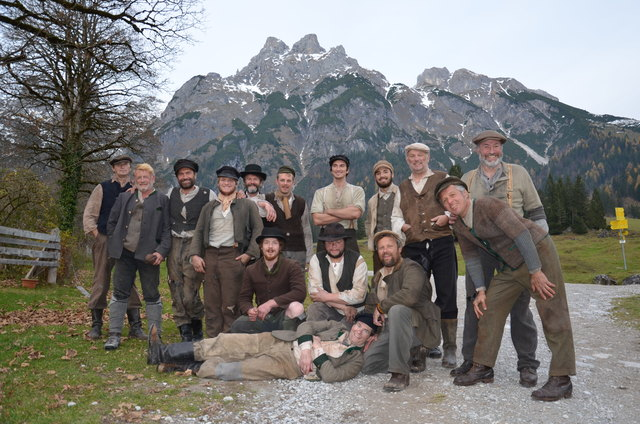 """Die Statisten von """"A Fortunate Man"""" unter der Regie des Oscar-Preisträgers Bille August bei den Dreharbeiten in der Wengerau in Werfenweng."""