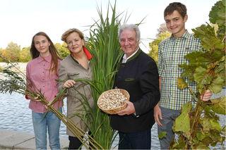 Anna Steiner, Bildungs-Landesrätin Barbara Schwarz, Direktor Gerhard Altrichter und Maximilian Danner