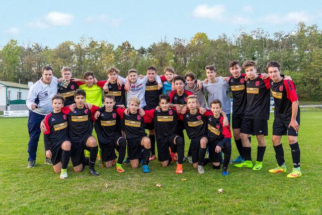 Mit einem 2:0 Auswärtssieg bei dem punktgleichen Team aus Kleinneusiedl sicherte sich die U-16 Mannschaft des ASK Oberwaltersdorf den Aufstieg in das obere Play Off der U-16 Landesliga. Bemerkenswert ist, das dieses Finalspiel vor über 150 Zuschauern, darunter zahlreichen mitgereisten Fans aus Oberwaltersdorf, stattfand.  Herzliche Gratulation zu dieser tollen Leistung.