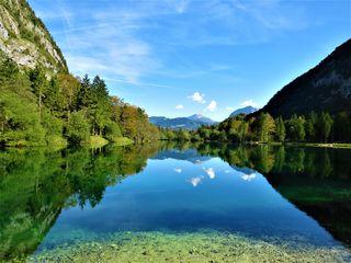 Der tiefgrüne See spiegelt die herrliche Landschadt
