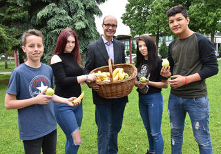 Detlef Wimmer mit Schülern.