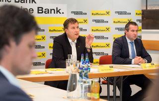 Thomas Wass, Vorstand der Raiffeisen-Landesbank Tirol und Rainer Schnabl, Vorsitzender der Geschäftsführung der Raiffeisen Kapitalanlage-Gesellschaft m.b.H. (Raiffeisen KAG)