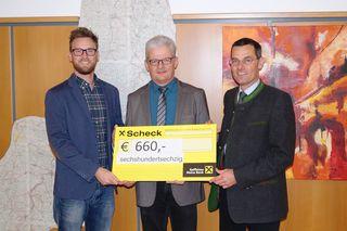 Bezirkshauptmann Mag. Stefan Grusch bedankt sich gemeinsam mit Christoph Haumer bei Bürgermeister Alois Strondl für den Spendenbetrag von 660 Euro anläßlich der diesjährigen Pfingstsammlung.