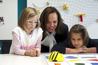Bildungsministerin Sonja Hammerschmid mit Kindern der Praxisvolksschule der PH NÖ im neuen EIS-Studio