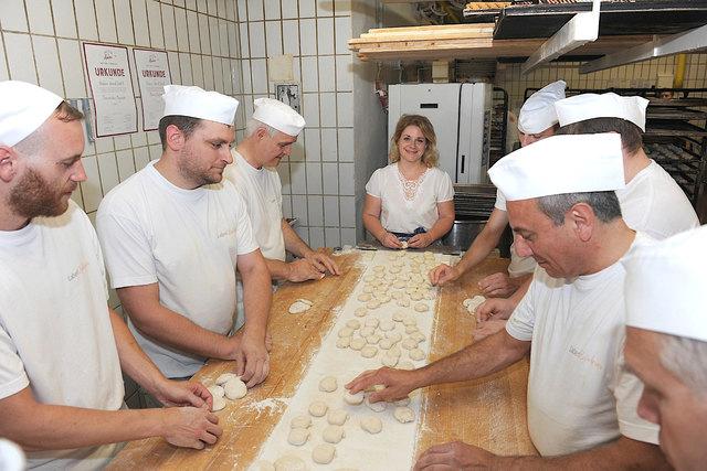 Die Bäckerei Schmidl produziert bis zu 140 Sorten Brot, Gebäck, Mehlspeisen und Torten in der Backstube in Dürnstein.