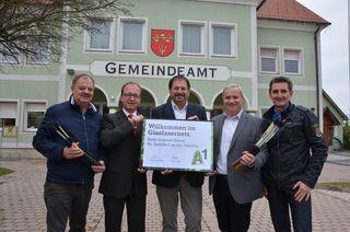 Stolz präsentiert die Gemeinde Gersdorf die Urkunde zur Anbindung an das Glasfasernetz. 200 Haushalte werden damit versorgt. Für 2018 ist eine Erweiterung geplant.
