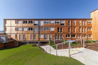 Die Fassade besteht aus Lärchenholz und auch sonst setzt man bei der Schule auf den natürlichen Baustoff.