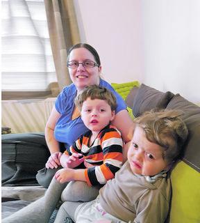 Die beiden Brüder Jonathan und Julian mit ihrer Mutter Bianka Opfolter.