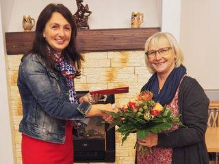(v.l.n.r.): Die stellvertretende VH Regionalvereinsvorsitzende Gemeinderätin Regina Öllinger (re.) bei der Gutscheinübergabe an Gewinnerin Doris Madlmayr