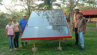 Solar-Luft-Kollektoren produzieren heiße Luft, die mit Ventilatoren und der Hilfe einer Photovoltaikanlage abgesaugt wird.