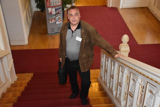 Dr. Karl Hohensinner, Sprachwissenschaftler, Namenforscher und Kulturwissenschaftler am Weg zu seinem Referat an der Uni Leipzig. Deutsche Gesellschaft für Namenforschung, Namen und Berufe, Uni Leipzig 2017.