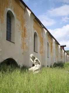 """Tausende Kunstwerke lagerten von 1966 bis 1994 in der Kartause Mauerbach. Der Publizist, Holocaust-Überlebende und Aufdecker von Nazi-Tätern Simon Wiesenthal nannte den Bestand """"Galerie der Tränen"""". Auf seinen Druck hin veröffentlichte das Bundesdenkmalamt 1969 eine Liste der """"herrenlosen"""" Kunst."""