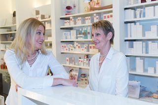 Silvia Spörk und ihre Mutter Elisabeth Macsovan in ihrem Kosmetikstudio Beauty Island.