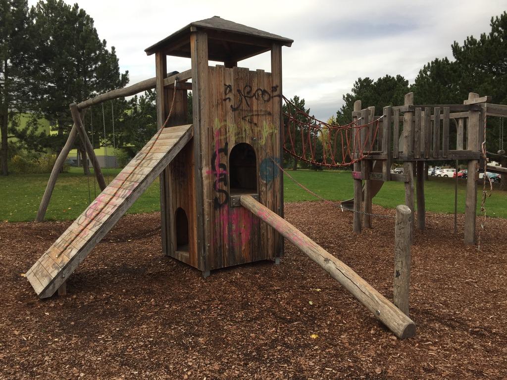 Angeschmiert und dreckig präsentiert sich der Kinderspielplatz in der Rudolf-Zeller-Gasse beim Lokalaugenschein.