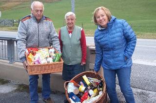 Eine Familie spendet Lebensmittel für Menschen in Not aus der Region.