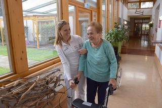 Therapie in vertrauter Umgebung:Physiotherapeutin Katrin Mramor mit SeneCura-Bewohnerin Elfriede Legat
