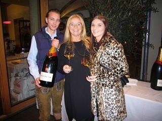 Restaurantleiter Christopher und Szenewirtin Beatrix Drennig, am Bild mit Tochter Stefanie, empfingen die Gäste mit Bollinger Champagner aus der Großflasche.