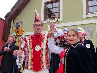 Das neue Prinzenpaar Martin I. und Simone I. mit dem Zepter und dem Rathausschlüssel.