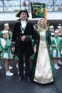Prinz Christian 1. der funkelnden Karossen und Prinzessin Petra 1 Ins Reisen verschossen regieren die kommenden vier Jahre in der Republik Rufganda.