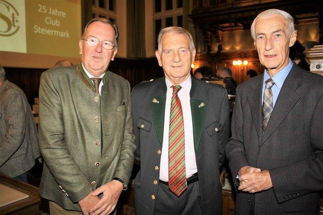 Ernest Schwindsackl und Alfred Stingl würdigten Walter Hiesel (Bildmitte) anlässlich des Jubiläums 25 Jahre Club Steiermark