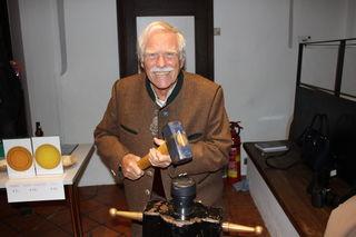 Hermann Maier aus Rosenheim, Mitglied der Tiroler Numismatischen Gesellschaft, beim Münzenprägen