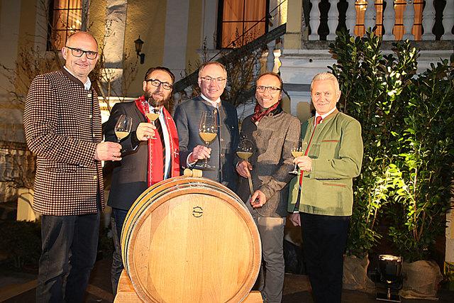 Gruppenbild mit Tauffass: Erich Kroneder, Jacek Zelek, Dr. Stephan Pernkopf, Rudolf Rabl und Hubert Meisl (v.l.).