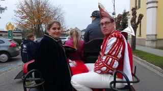 Standesgemäß unterwegs: Prinzenpaar Simone I., und Martin I. in der Kutsche von Bettina aus Köln.