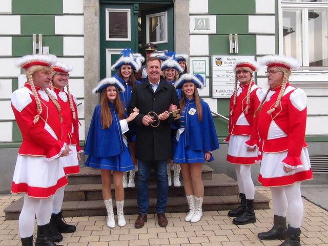 Bgm. Reinhold Höflechner erliegt beim Rathaussturm dem Charme der Mädchengarde.