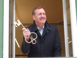 Bgm. Reinhold Höflechner mit dem Schlüssel zum Strasser Rathaus.