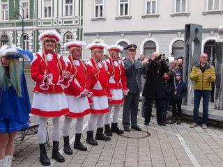 Nicht fehlen dürfen wieder die Prinzengarde und Hofgendarm Wolfgang Sauer sowie Moderator Hans-Wolfgang Strauss.