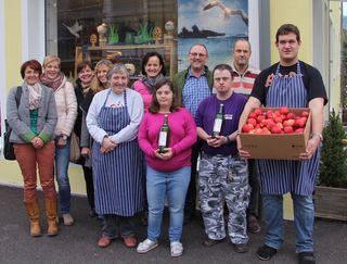 Die Bäuerinnen verteilten Äpfel in der Behindertenwerkstatt.