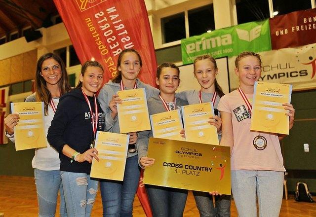 Die frischgebackenen Bundesmeisterinnen Steffi, Leonie, Sandra, Emma und Nicole - betreut von Fr. Mag. Magdalena Fellhofer (ganz links)