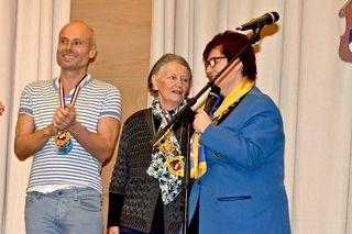 Überreichung eines Ordens für ihre Tätigkeiten für die Faschingsgilde Traiskirchen an Oliver Weiss und Hanni Möstl durch Regina Mayerhofer