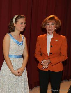 Guggi Löwinger mit Jungschauspielerin Klara Wandl die in dem Stück, Komödie im Dunkeln, überzeugend Carol Melkett spielte.
