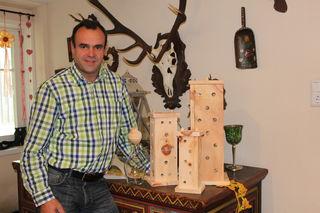 Johann Gucher mit seinen Produkten aus Zirbenholz
