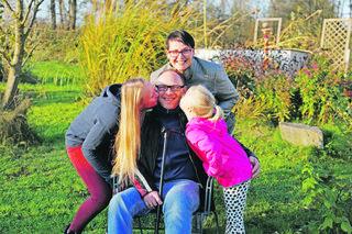 Michaela und Gerhard Stadlbauer mit ihren Töchtern Lara und Ina (rechts). Der Familienvater leidet an einem Gehirntumor und an Multipler Sklerose. Wenn Sie Familie Stadlbauer helfen möchten, dann spenden Sie bitte für das BezirksRundschau-Christkind (Spendeninfos unten).