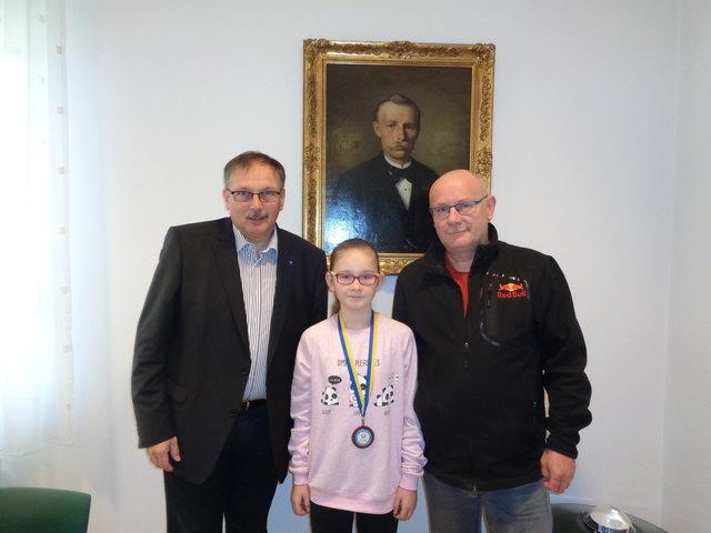 Bgm. Richard Hogl gratulierte der erfolgreichen Judoka Xenia Milik aus Wullersdorf recht herzlich.                                                   Foto: Privat