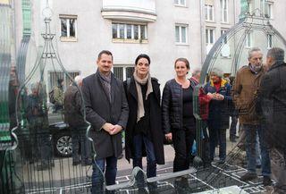Stilles Gedenken: Bezirksvorsteher Markus Franz mit der Gestalterin des Kunstwerks Barbara Animus und Sascha Resch, Vorsitzende des Arbeitskreises Gedenkpoitik